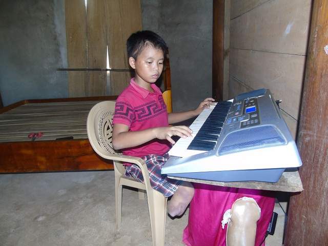 Với cậu bé còn có một niềm đam mê cháy bỏng với âm nhạc, với cây đàn