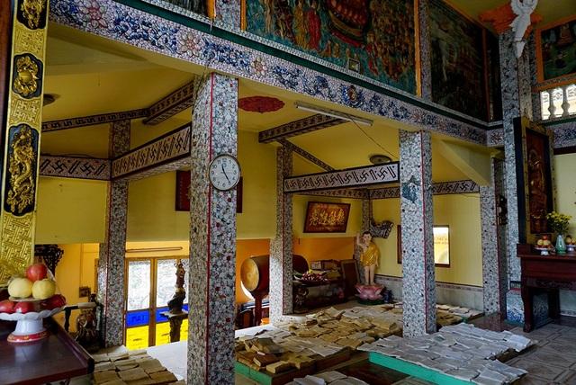 Khuôn viên chùa có diện tích khoảng 1.500 m2, xây dựng theo lối cổ lầu, chia làm 2 khu thờ phụng nằm theo dọc đường chánh hưng và khu vực giảng đường, tăng phòng, khách đường... nằm dọc sau chùa.