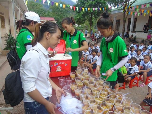 Bữa ăn nhẹ trước đêm hội được các tình nguyện viên chuẩn bị cho các em thiếu nhi tại xã Dân Hóa