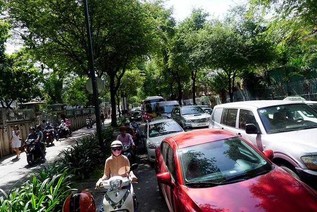 Người dân đổ xô đi mua sắm khiến nhiều tuyến đường bị ùn tắc giao thông.