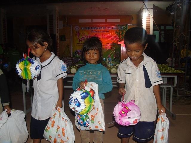Ban tổ chức Ánh trăng yêu thương đã giành tặng 243 suất quà trị giá mỗi suất khoảng 150.000 đồng gồm bánh kẹo, đồ chơi đến các em thiếu nhi