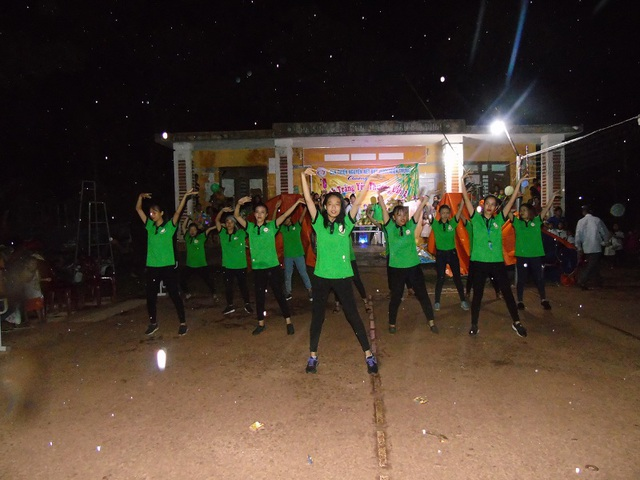 Màn nhảy flasmost đầy sôi động của các thành viên CLB Nét bút xanh miền Trung