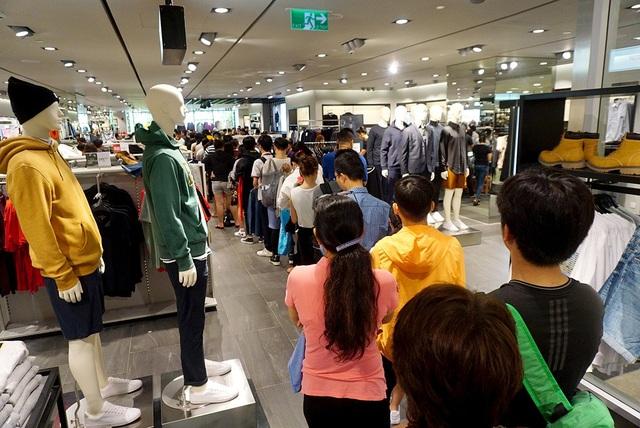 Hàng trăm người xếp hàng dài chờ vào mua sắm tại trung tâm thương mại ở quận 1.