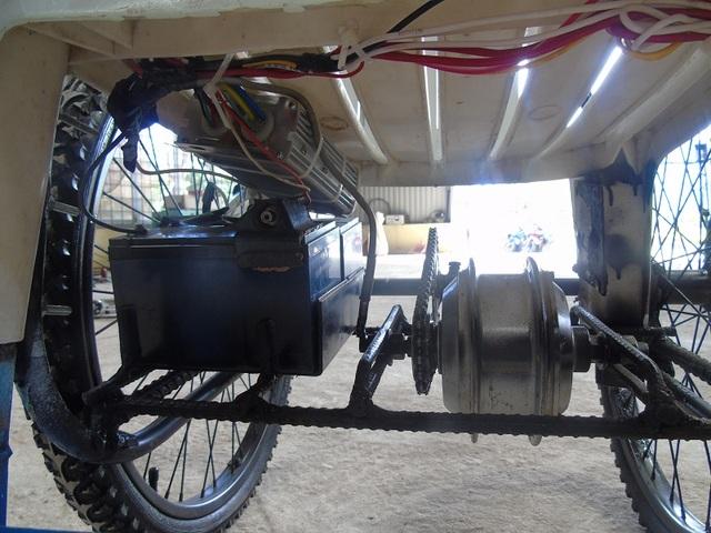 Hệ thống vận hành của chiếc xe lăn được lắp đặt một động cơ điện gắn dưới trục bánh xe