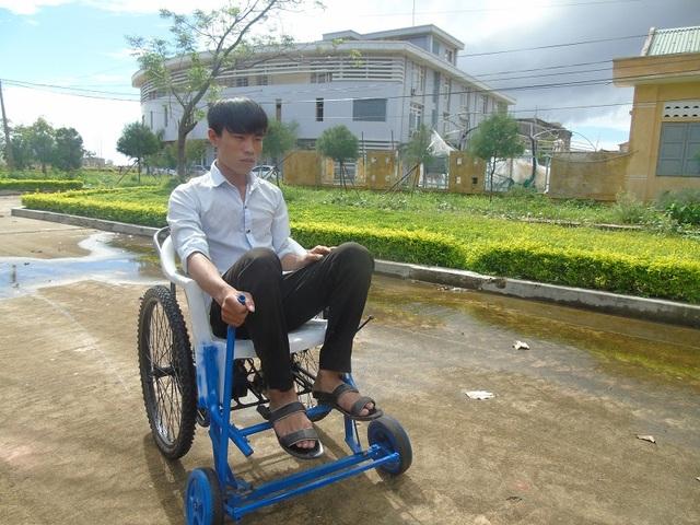 Nguyễn Mạnh Hùng vận hành thử chiếc xe do mình chế tạo