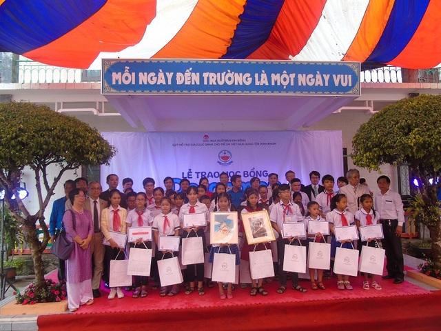 Quỹ Hỗ trợ giáo dục dành cho trẻ em Việt Nam mang tên Doraemon trao học bổng cho các em học sinh