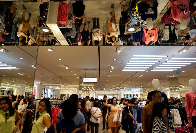 Cửa hàng bán quần áo đông người bên trong trung tâm thương mại ở quận 1.