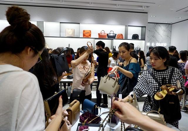 Các mặt hàng túi xách, quần áo được nhiều người lựa chọn.