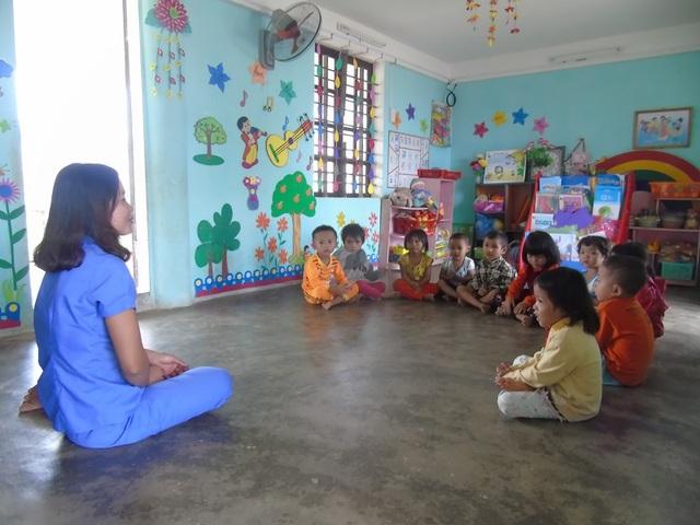 Các em học sinh mầm non tại bản Khe Ngát đang phải học nhờ ở nhà văn hóa