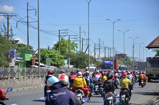 Các phương tiện di chuyển hướng về TPHCM