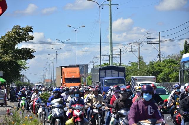 Quốc lộ lại ùn ứ vì dân miền Tây tiếp tục đổ về Sài Gòn - 1