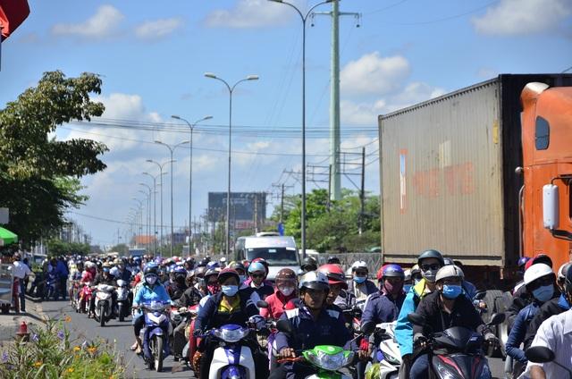 Quốc lộ lại ùn ứ vì dân miền Tây tiếp tục đổ về Sài Gòn - 3