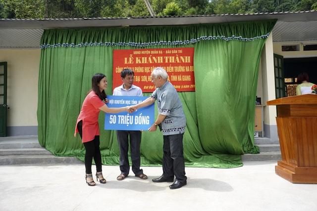 Xúc động trước tấm lòng của bạn đọc Dân trí dành cho thầy cô và học sinh ở điểm trường Na Quang, Chủ tịch Hội Khuyến học tỉnh Hà Giang Hạng Mí De đã ủng hộ thêm 50 triệu đồng để mua bàn ghế cho điểm trường