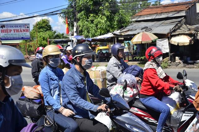 Quốc lộ lại ùn ứ vì dân miền Tây tiếp tục đổ về Sài Gòn - 6