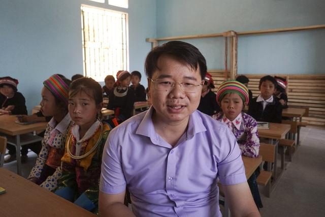 Niềm vui của ông Sèn Thăng Long, Phó Chủ tịch UBND huyện Quản Bạ bên phòng học khang trang sạch đẹp do bạn đọc Dân trí chung tay xây dựng
