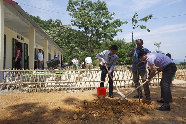Nhà báo Phạm Tuấn Anh và ông Sèn Thăng Long trồng kỷ niệm cây xanh bên ngôi trường mới