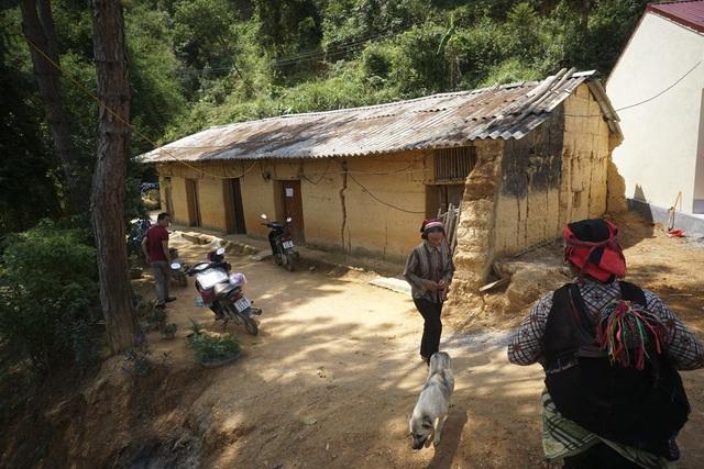 Điều đặc biệt nhất là tại buổi khánh thành, nhận thấy các giáo viên điểm trường Na Quang vẫn phải ăn ở, sinh hoạt trong ngôi nhà đắp bằng đất hết sức tạm bợ, đơn vị tài trợ ban đầu đã quyết định đầu tư thêm 100 triệu đồng để xây dựng nhà lắp ghép thay cho nhà công vụ đã xuống cấp này