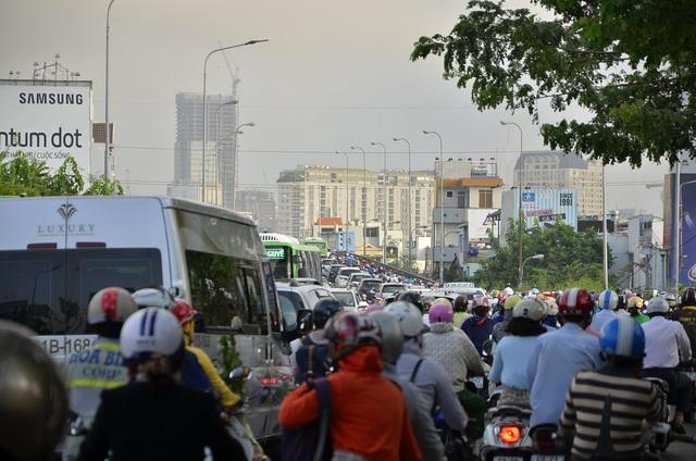 Dòng phương tiện nối đuôi nhau từ đường Nguyễn Hữu Thọ hướng về cầu Kênh Tẻ quận 4