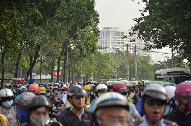 Đường Đinh Bộ Lĩnh đoạn trước Bến xe miền Đông chật kín xe