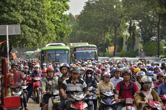 Sáng nay nhiều tuyến đường ở Sài Gòn kẹt cứng - 1