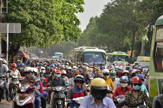 Sáng nay nhiều tuyến đường ở Sài Gòn kẹt cứng - 3