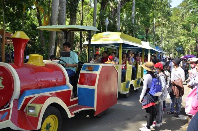 Nhiều người sử dụng dịch vụ tàu điện để vòng quanh Thảo cầm viên