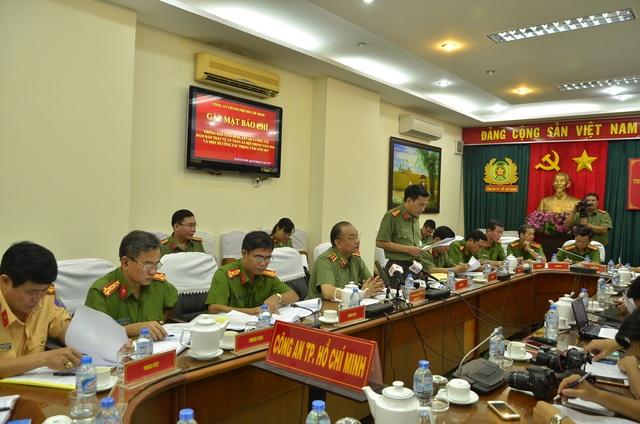Đại tá Nguyễn Sỹ Quang, Trưởng phòng Tham mưu Công an TPHCM báo cáo kết quả đấu tranh tội phạm trong năm 2016
