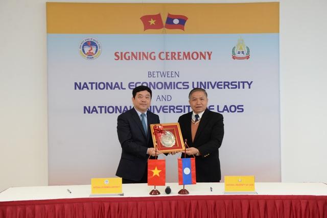 GS.TS Trần Thọ Đạt, Hiệu trưởng ĐHKT Quốc dân và GS. Somsy GNOPHANXAY, Giám đốc Đại học Quốc gia Lào tại buổi kí kết.