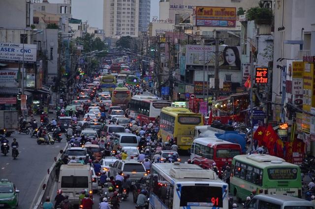 Người dân đổ về quê ăn Tết, cửa ngõ Sài Gòn kẹt cứng - 3