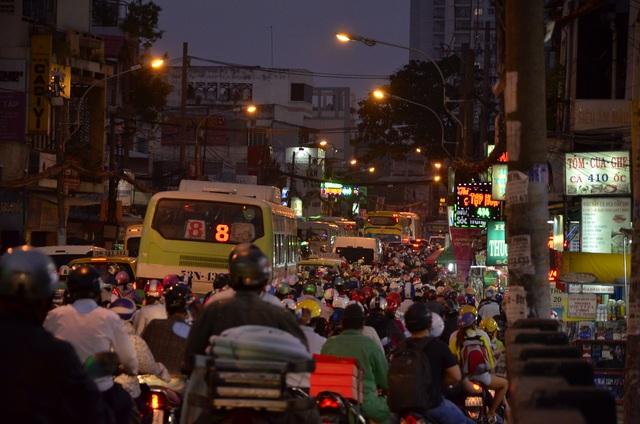 Người dân đổ về quê ăn Tết, cửa ngõ Sài Gòn kẹt cứng - 1