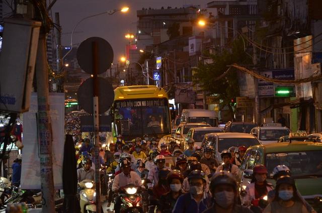 Người dân ùn ùn di chuyển đến bến xe để về quê nghỉ Tết
