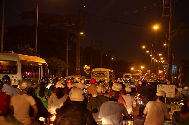 Người dân đổ về quê ăn Tết, cửa ngõ Sài Gòn kẹt cứng - 7