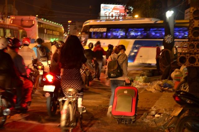 Do kẹt xe kéo dài nên nhiều người đã xuống đi bộ để kịp vào bến