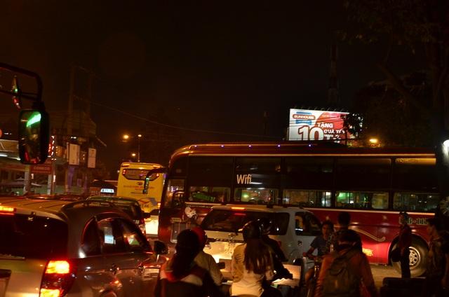 Chiếc xe khách từ trong bến cóc trước cổng Bến xe Miền Đông di chuyển ra làm xung đột giao thông góp phần gây kẹt xe