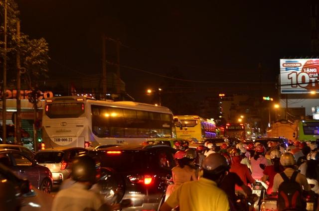 Từng đoàn ô tô khách nối đuôi nhau di chuyển về bến xe để đón khách