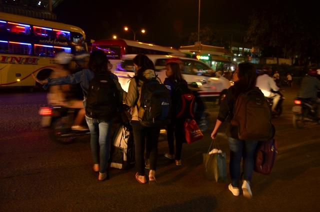 Người dân đổ về quê ăn Tết, cửa ngõ Sài Gòn kẹt cứng - 11