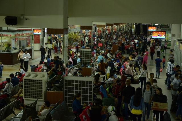 Người dân đổ về quê ăn Tết, cửa ngõ Sài Gòn kẹt cứng - 13