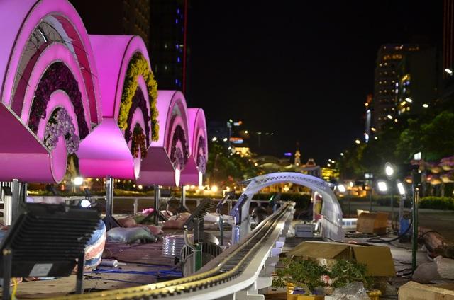 """Tiểu cảnh """"Thành phố thông minh - Smart City"""", với hình ảnh đoàn tàu metro dài 2 m được bố trí chạy xung quanh biểu tượng công nghệ số."""