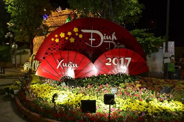 Tiểu cảnh chào Xuân Đinh Dậu 2017 được lắp đặt ở phía tay phải đường hoa
