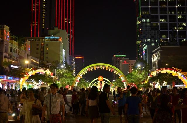 Khá đông người dân và du khách đã đến với đường hoa.