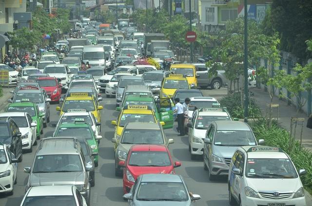 Một người dân xuống taxi để đi bộ vào sân bay vì kẹt xe nghiêm trọng