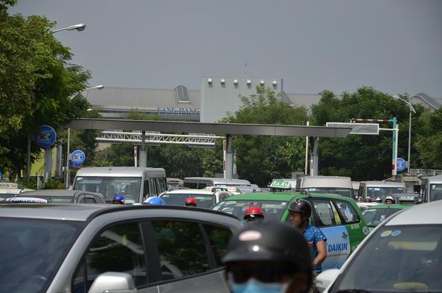 Mặc dù tình trạng kẹt xe rất nghiêm trọng suốt nhiều giờ nhưng trạm thu phí nhà ga quốc tế sân bay Tân Sơn Nhất vẫn không xả cửa khiến tình trạng kẹt xe càng thêm trầm trọng