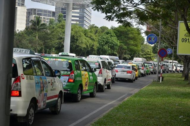 Dòng ô tô xếp hàng dài từ nhà ga quốc tế ra đến đường Trương Sơn