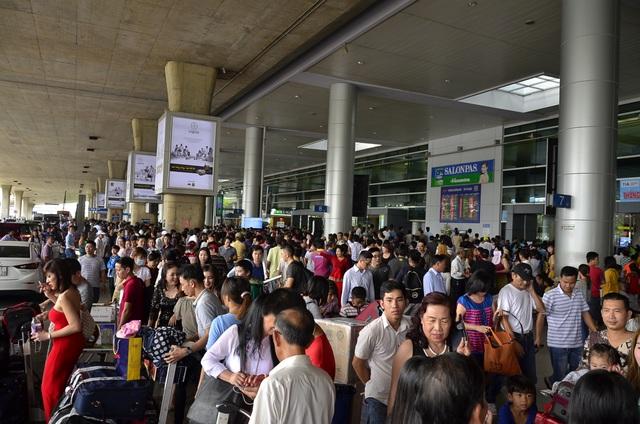 Người dân xếp hàng đông kín nhà ga quốc tế