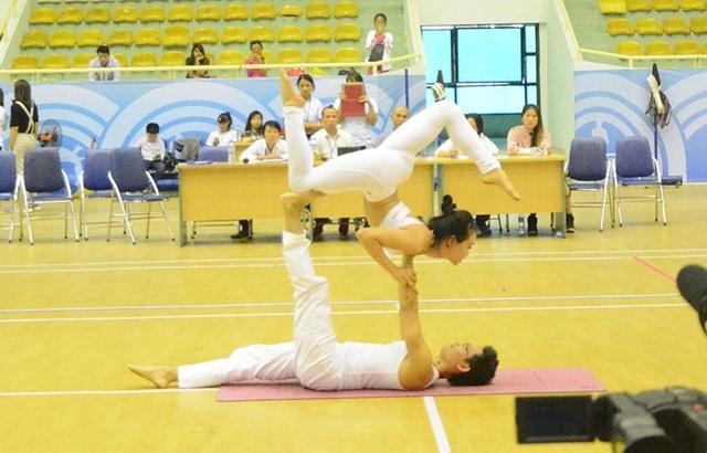 Màn trình diễn Yoga của vợ chồng Kim Ba - Ngọc Anh trong Giải Yoga toàn quốc lần thứ Nhất 2017