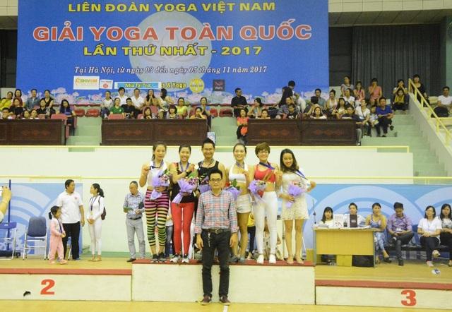 Ông Nguyễn Tiến Phi - Ủy viên, Chánh văn phòng Liên đoàn Yoga trao giải cho đôi vợ chồng Kim Ba - Ngọc Anh