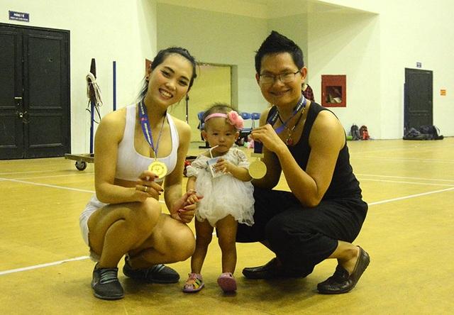 Con gái 1 tuổi theo ba mẹ tham gia giải đấu Yoga toàn quốc