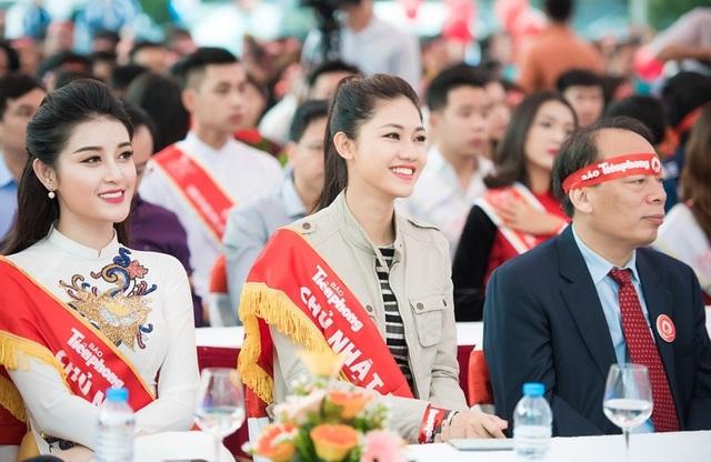 Tại đầu cầu Hà Nội, Á hậu Thanh Tú cũng tham gia hiến máu cùng Hoa hậu Ngọc Hân và Á hậu Huyền My.