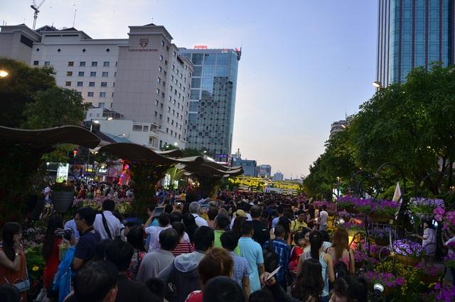 Người dân đổ về đường hoa Nguyễn Huệ chật kín từ rất sớm