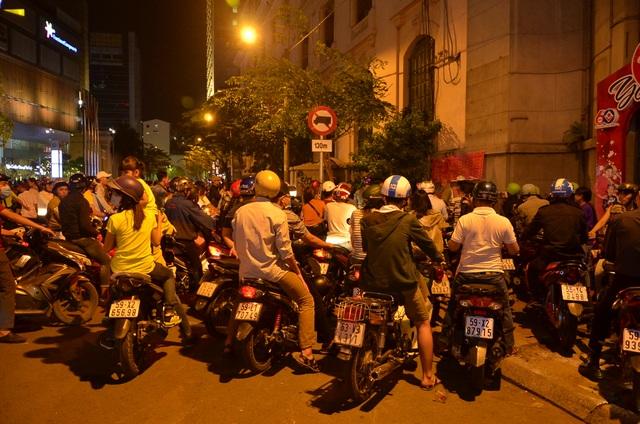 Người dân xếp hàng vào gửi xe để tham quan đường hoa Nguyễn Huệ đêm giao thừa